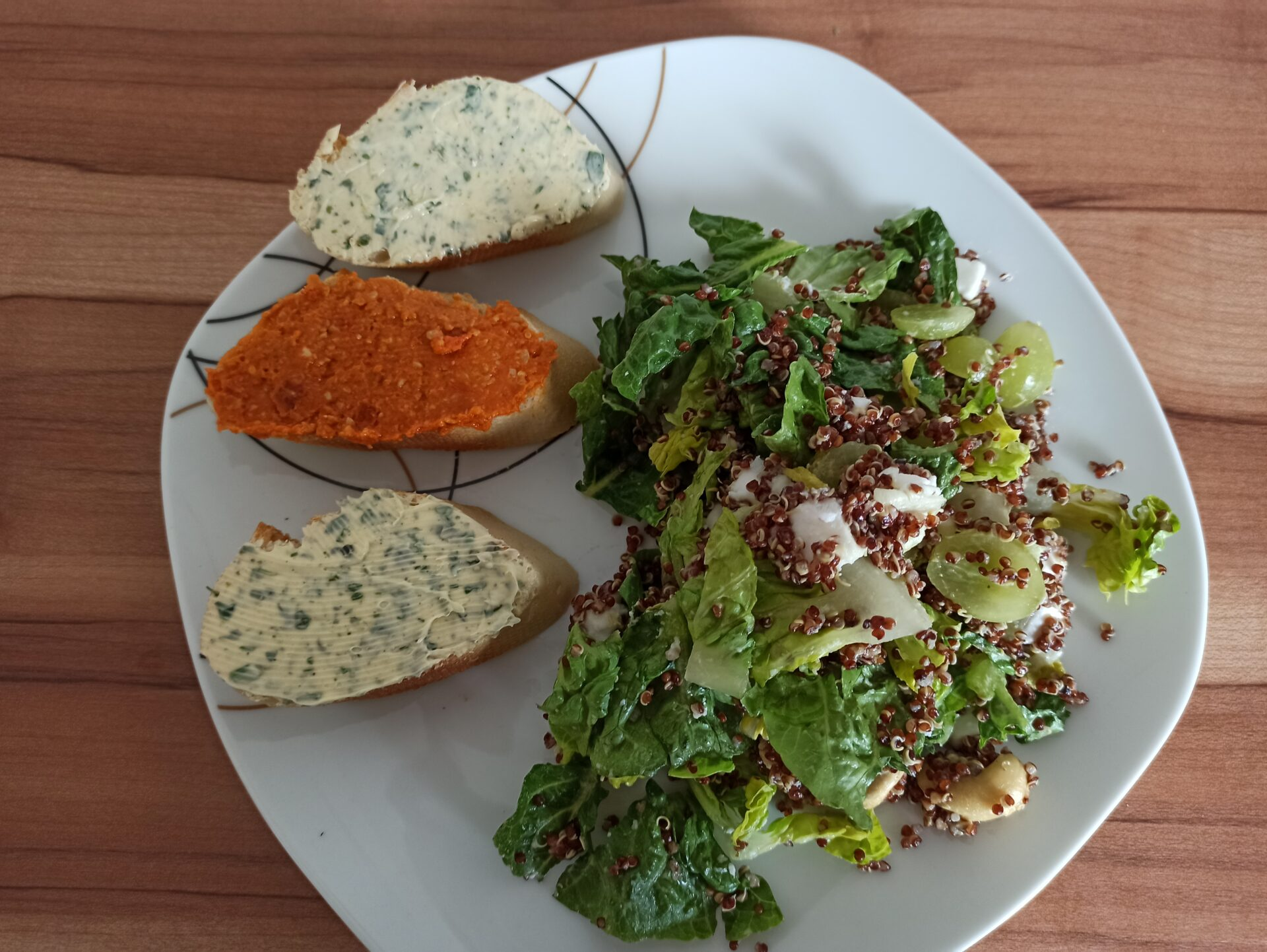 Quinoa-Traube-Salat mit Baguette