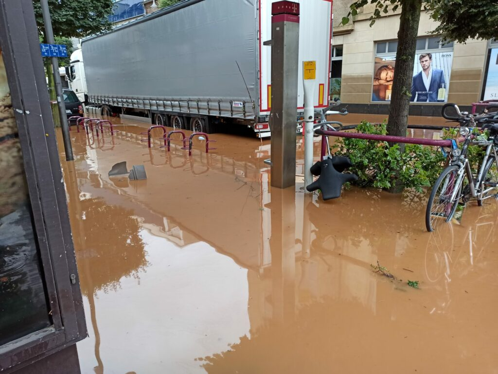 LKW auf überfluteter Straße